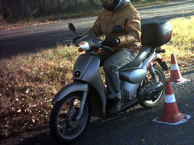 """""""M"""" – Moped Aprillia Scarabeo segédmotor - Kis Autósiskola - Békés - AM, A1, A2, A, B kategória"""